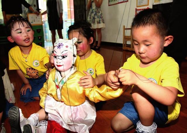 合阳县提线木偶团走进幼儿园