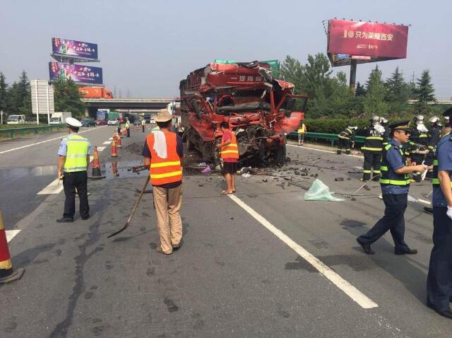 一辆拉猪的货车和一辆拉煤的半挂车发生了追尾事故,后车驾驶室严重