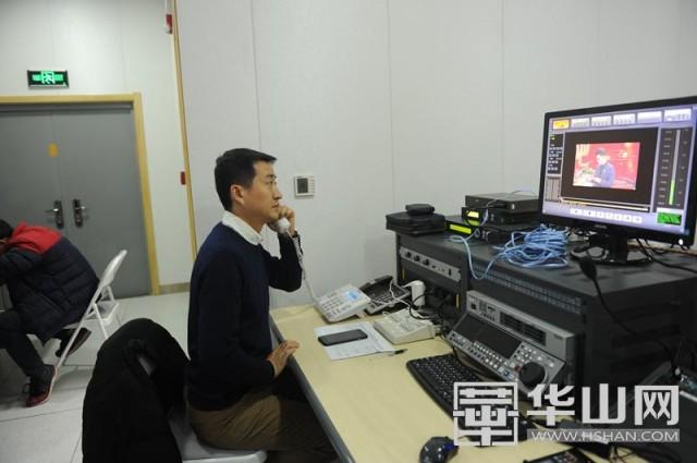 在渭南广播电视台融媒体中心演播室,编辑通过电话联系指挥外场记者