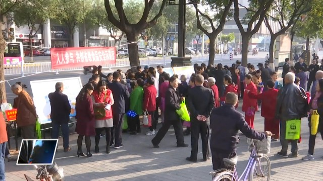 临渭区举办食药安全法律法规宣传活动 宣传食药安全知识