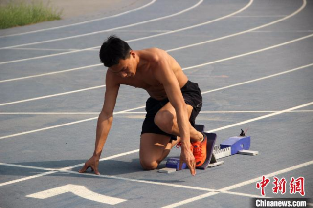 图为在陕西省体育训练中心的室外田径场上,运动员正在进行训练。 张一辰 摄