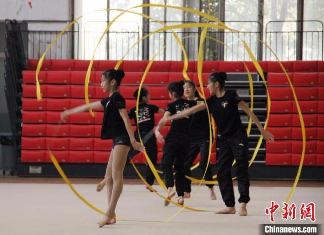 图为陕西省艺术体操队积极备战。 张一辰 摄