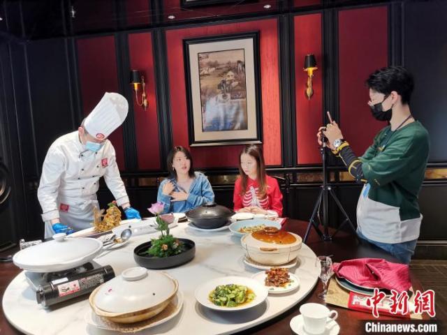 5月24日,李頔正在进行美食直播。 郝学娟 摄