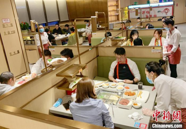 资料图:疫情好转,河南一些餐饮门店客流量在回升。 王威 摄