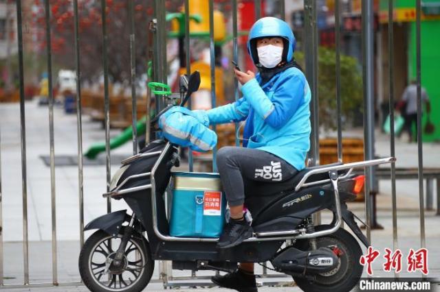资料图:江西南昌街头的外卖骑手。 刘占昆 摄