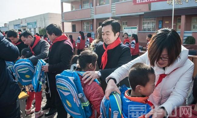 """""""贫困留守儿童安全书包""""公益项目启动 将在全市募集1万个"""