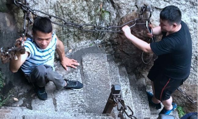 双腿残疾青年双手登顶华山 磨破4双手套耗时3天