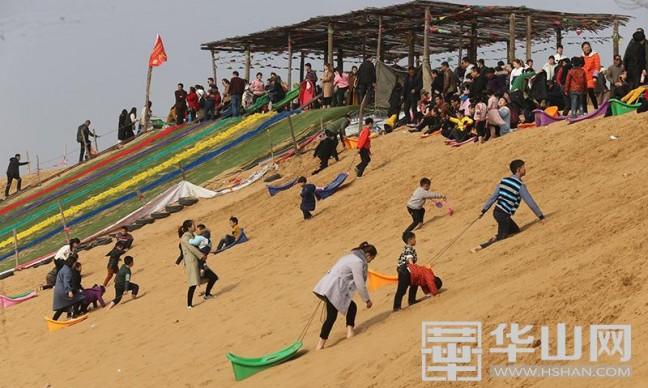 逾万名游客在大荔沙漠