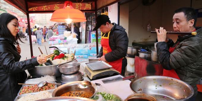 渭南大叔吹着笛子西安卖凉菜 百余斤菜3小时卖光