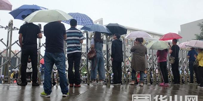 (高清组照)记者直击渭南高考:雨天送考 别样感动