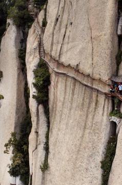 澳门新葡京开户长空栈道:勇敢者峭壁上的旅游