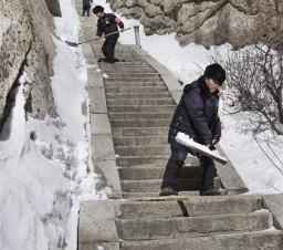 华山天险扫雪人