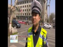 韩城:行人闯红灯险被撞  都是手机惹的祸!